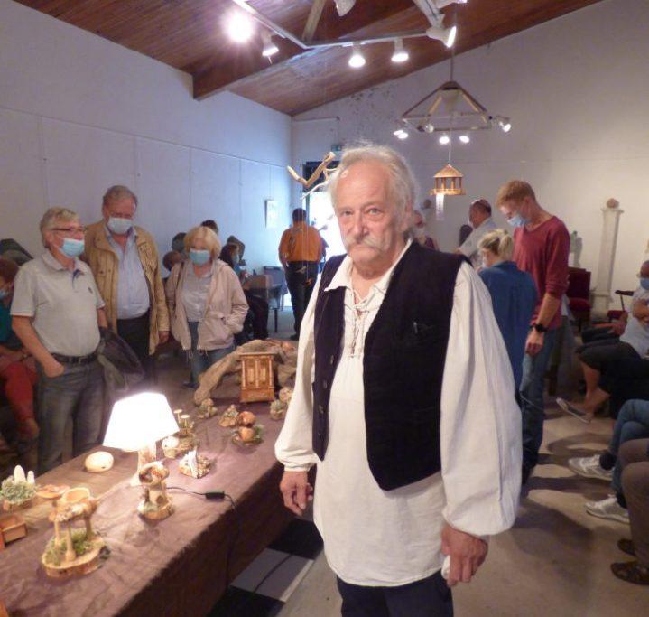 JCB N°472 Jean Caspar au milieu de ses objets en bois travaillé